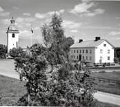 Misterhults kyrka och kommunalhus.