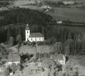Flygbild över Blackstad sn. Kyrkan och hus samt åkermark.