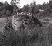 En sten och järnvägsräls i Lilla Mark.