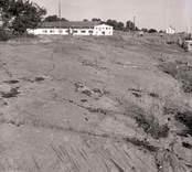 Hällristningsytan vid ASEA, täckt av grus, glas- och tegelskärvor. Foto: fr NNV