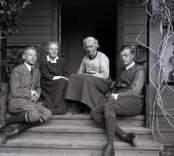 Från vänster till höger: Gustaf Seidler, Nina Hammarskjöld, Ada Rydström och Kurt Seidler på verandan vid Segersgärde.