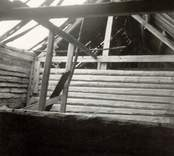 Interiör av ett kyrkstall med takbjälke.