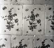 """Kakelugn med blomdekor, detalj mönstret. """"Hennes nåd"""", 2:a våning."""