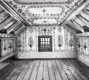 Interiör från Göljemåla gård, med tak- och väggmålningar.