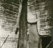 Hälleberga kyrka brandskadad 1976-10-18.  NÖ hörnet i koret. Brandorsaken var ett elfel. Altartavlan var nerplockad för renovering och klarade sig.