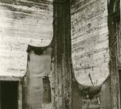 Hälleberga kyrka brandskadad 1976-10-18.  sö hörnet i koret. Brandorsaken var ett elfel. Altartavlan var nerplockad för renovering och klarade sig.
