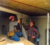 Friläggning av det ursprungliga trätaket i kupolen. tretexskivorna har tagits bort. Från vänster: Gunnar Karlsson och Ola Westlund.