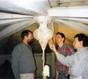 """Samråd vid kupolens """"takdroppe"""", som bär den stora centrala ljuskronan: från vänster: Torbjörn Sjögren, Ola Westlund och Gunnar Karlsson."""