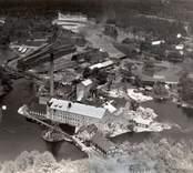 Flygfoto över Döderhult sn, Emsfors, Emsfors bruk (pappersbruk). Översvämning 1935. Samhället med pappersbruket och Emån samt bostäder.
