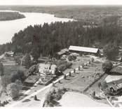 Flygfoto på  Kristdala sn, Kristdala. Hule gård. gården med ekonomibyggnader, grusvägen och sjön. Foto: AB Flygtrafik