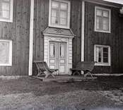 Välsgärde i Fagerhult socken. Ett bostadshus med ett par bänkar vid portalen.
