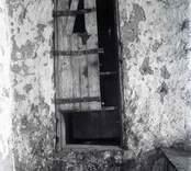 Fönster till Källa ödekyrka.