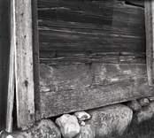 Bostadshus med husgrund och träfasad.