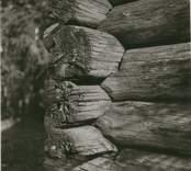 En ängslada med korsknutar i Madesjö.