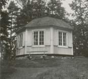 Djurgårdskullen. Utsikt mot sjön och Odensvi kyrka. Lusthuset på kullens topp.