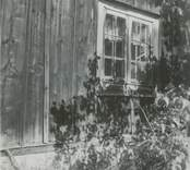 Ett fönster till ett bostadshus. Regneliusgården i Bankhult.