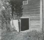 En bod på Regneliusgården i Bankhult. Timring med knutlådor.