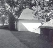 Ett gravkor med hjälmtak på kyrkogården till Döderhult kyrka. Rudbecks på Elvehult gravkor.