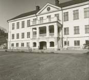 Manbyggnaden på Odensviholm, sedd från parksidan.