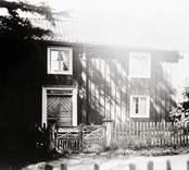 En tvåvånings enkelstuga i Kråksmåla.