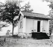 Liten stuga med fritrappa i Bjursund i Loftahammar.