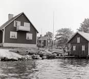 Bostadshus och sjöbod till höger på Älö.