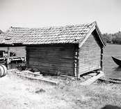 Sjöbod med timrad fasad och korsknut. foto: 27/07 1955.