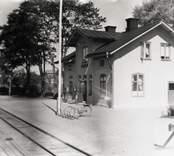 Jenny järnvägsstation sedd snett höger från perrongen.