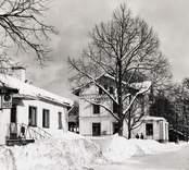 Stationen sedd från vägen med posthuset till vänster vinterbild.