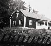 Länsmansboställe, exteriör sedd snett framifrån vänster. Foto: 28/9 1944.