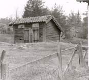 Ett uthus med träfasad vid hembygdsgården i Lofta.