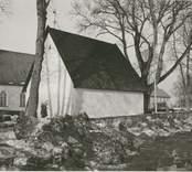 Ett bårhus, kyrka och kyrkogård i Madesjö.