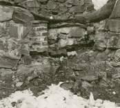 Igensatt dörröppning på korets södra vägg i Ukna kyrkoruin.