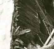 Hälleberga kyrka: Brandorsaken var ett elfel. Branden var 1976-10-18. Tornet under rivning. Östra väggen.