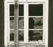 Detalj av fönster på stuga, före restaurering.