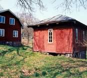 Odelsjö gård, gamla dasset.  Foto: Susann Johannisson 1998-04-29