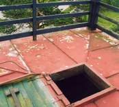 Tornets tak på brandstationen i Emmekalv- falsat plåttak samt luckan.