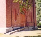 Rullstolsramp på Gladhammar kyrka.
