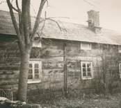 Förfallen parstuga. Ursprungligen byggd som envåningshus vilket syns på placeringen av övre våningens fönster just under takfallet.