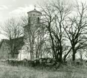 Ruin av gilleshuset framför Gärdslösa kyrka.