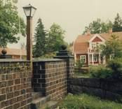 Muren som omgärdar Ankarsrums kyrka, tillverkad av slaggsten från Ankarsrums bruk.