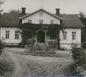 Mangårdsbyggnaden uppges vara uppförd på 1870-1880-talet. Den är timrad, reveterad och avfärgad i vitt. Verandan är försedd med lövsågningsutsmyckning.