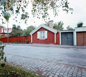 """Lindholm-Houges sista bostad på Molinsgatan i Gamla Stan, Kalmar.  Lindholm-Houge, Edvin, 1898-1969, konstnär född i Kalmar och autodidakt. L yrkesarbetade i unga år, men övergick till att helt ägna sig åt konsten. Ivan Hoflund utövade ett betydande inflytande på L under 1930-talet, liksom senare kretsen kring Axel >Kargel i Sjöstugan i Borgholm. L utvecklade dock sitt eget sätt att i teckningar, lavyrer och oljemålningar skildra landskap, stadsmiljöer och interiörer. L hade sin styrka i en lyrisk kolorit att jämföra med Carl Kylberg och Karl Isaksson. Ibland talas det om """"Kalmarskolan"""", och där är L ett lysande namn i fotspåren efter Fille Fromén och Ivan Hoflund. 1941 utökar han sitt namn med Houge efter modern för att undvika förväxling med en tavelförsäljare med samma namn i Oskarshamn. L hade en mjukare penselskrift än Kargel och närmar sig stämningen kring Göteborgsmålarna, t.ex. Åke Göransson. Hans samtal blev ofta till monologer. L sägs ha sagt att två skall man vara för ett samtal, tre är redan en för mycket. L tycks ofta arbeta med tre favoritfärger: mörkrött, smaragdgrönt och violett. L:s första separatutställning dröjde till 1957 och ägde rum i Stockholm. Den fick strålande recensioner och L beskrevs som en """"intim expressionist"""". L var även en skicklig skribent som publicerade artiklar i dagspressen och några mindre skrifter. Han var till sin natur skygg och tillbakadrage, närmast en enstöring och bodde i enkla bostäder, bl.a. i ett rivningshus på Tullslätten och sist på Molinsgatan."""
