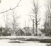 Motiv från Flerohopps glasbruk, som var i drift mellan 1892-1960.
