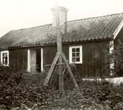 Stuga på Anton Johanssons ägor. Längd 9.20 m. Bredd 4.45 m. Sedd från väster.