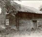 Visthusbod. Längd 7,20 m. Bredd 6 m. Sedd från söder. Timmer med vertikal dubbelhaksknut . Foto:M.Dyfverman 1937