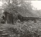 Småland, Kalmar län Misterhults socken - Krokstorps by. Källarbod. Gaveln 5,80 meter, sidan 4,50 meter. Ägare: Josaf Svensson.
