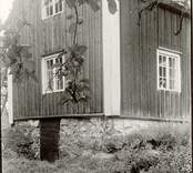Foto:M.Dyfverman 1917 Stuga: Längd 8,43m, bredd 6,34m. Norra gaveln. Arrendet för denna lägenhet, som saknar annan jord än själva tomten, är 75 kr per år. Härtill ett annat foto.