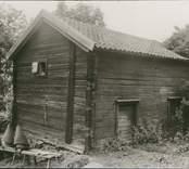 """Foto:M.Dyfverman och M.Rehnberg 1937 Bod, """"i forntiden två rum"""", nu bara ett. """"Vi brukar säga säebo"""". Fönsterlösa gavelgluggar."""