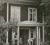 """Foto:M.Dyfverman och M.Rehnberg 1937 Mangårdsbyggnad. """"Det är den gamla gästgivartypen. Di har byggt efter den."""" Längd 17m. Bredd 7m. Härtill 2 andra foton."""